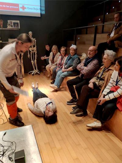 Asistencia al taller de primeros auxilios adaptados a personas mayores
