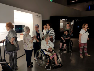 Acompañamiento a un grupo de visitantes con dificultades de movilidad